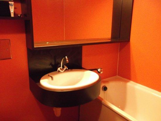 Residence Les Portes du Soleil : garish orange bathroom