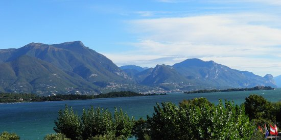Hotel Residence Miralago Manerba del Garda: The mountains across the Lake