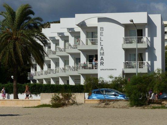 Apartamentos Bellamar: Ansicht vom Strand aus mit Straße