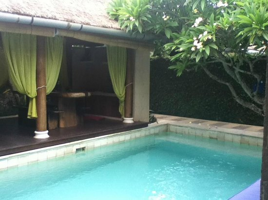 Villa Aroha Seminyak: Pool area looking into the outside living/dining