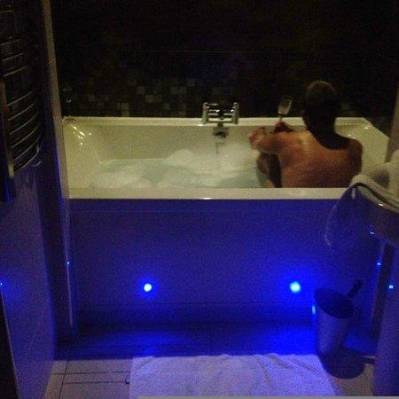 Velvet Hotel: The big double bath!