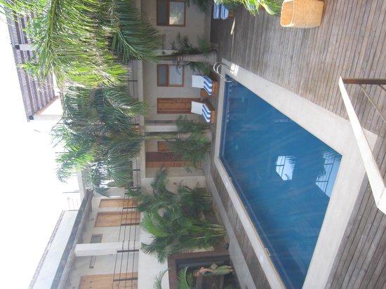 Hotel Casa Tota: Rooms Surrounding Pool