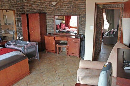 Dinkweng Safari Lodge: Main bedroom (all bedrooms alike)