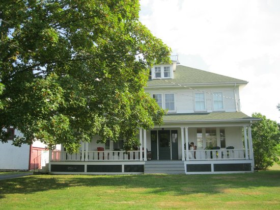 Gaspereau Valley Bed & Breakfast : front of home