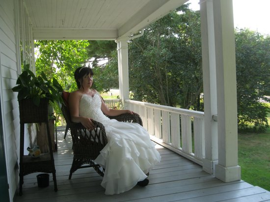 Gaspereau Valley Bed & Breakfast : front covered porch