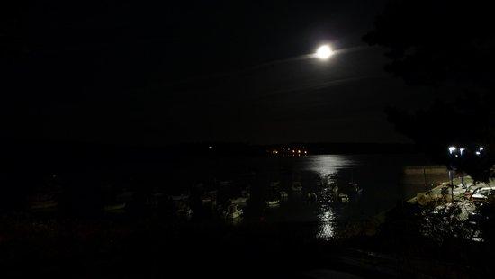 Hotel du Port et de l'Aven : La lune sur le Port .....Manech