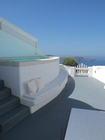 Above Blue Suites: Terasse with pool