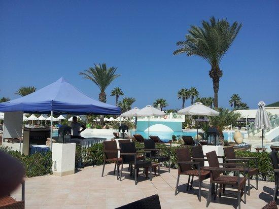 Yadis Djerba Golf Thalasso & Spa: vu sur la piscine depuis la terrasse