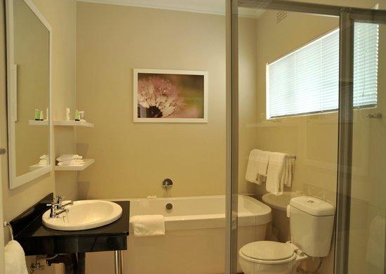 Cresta Sprayview Hotel: Suite Bathroom