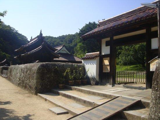 Old Shizutani School: 正面の門
