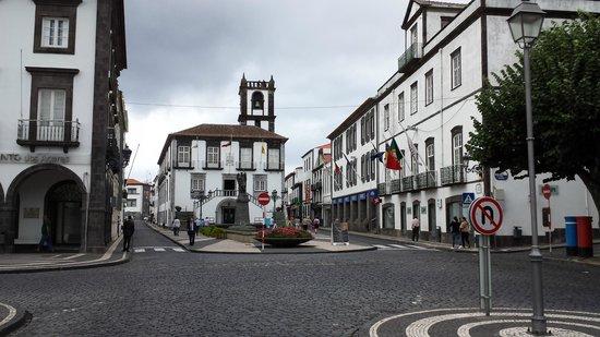Portas da Cidade, Ponta Delgada. Praça anexa.