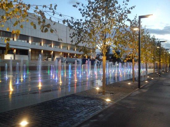 มอสโก, รัสเซีย: Работает фонтан с подсветкой