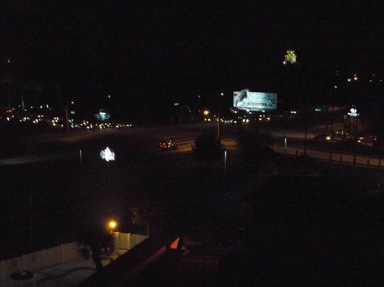 Holiday Inn & Suites Across from Universal Orlando: Vista noturna do ap