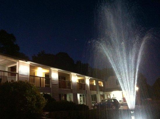 Liberty Inn: Night view/water fountain