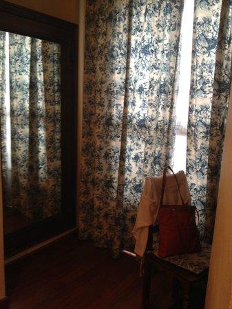 Simon Hotel: la ventana hacia el mini patio interior