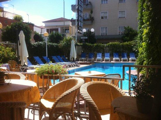 Hotel Torino Wellness & Spa: Blick vom Restaurant/Bar-Bereich auf den Pool