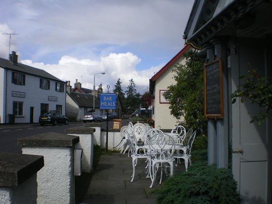 The Cairn Hotel Restaurant: Front outside seating