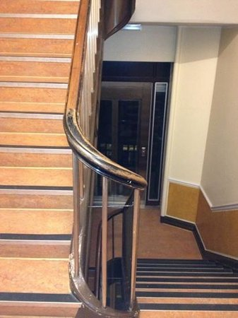 Hotel Loeven: elevator stops between floors