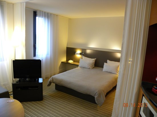 Novotel Suites Paris Roissy CDG : grand lit