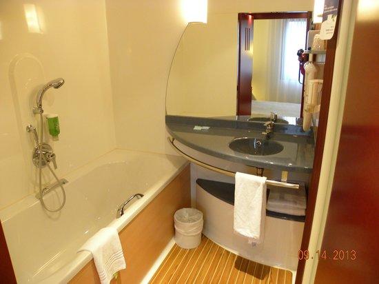 Novotel Suites Paris Roissy CDG : salle de bains baignoire et douche