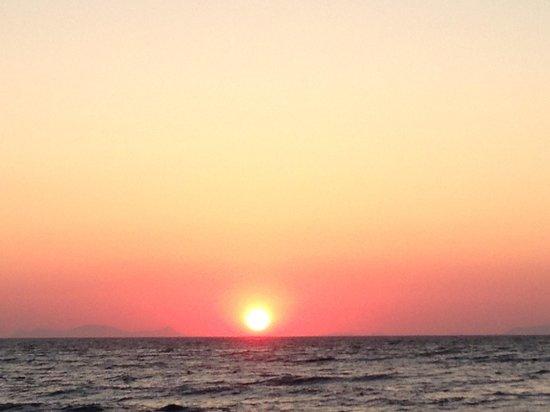 Antonia Hotel Santorini: Unreal sunset everyday