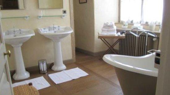 Château Royal de Saint Saturnin : bathroom