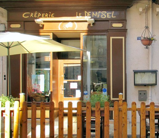 le Demi Sel: Charming old store-front now a cafe