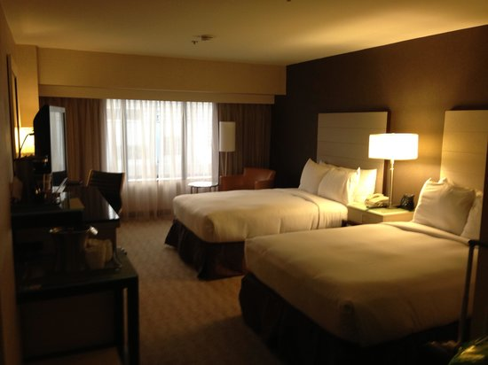 Hilton Los Angeles Airport: Letti queen size