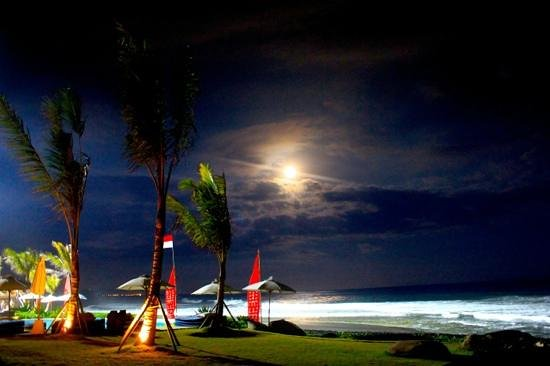 Komune Resort, Keramas Beach Bali: night surfing at Keramas