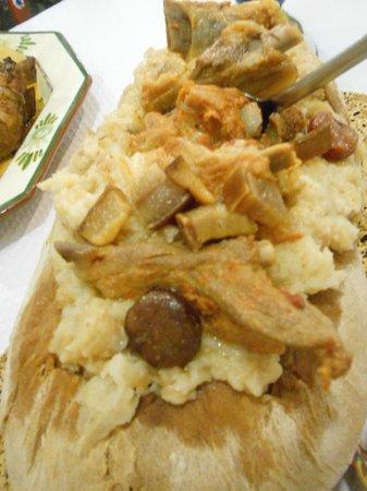 Ze Varunca: migas con carne ( da notare è una pagnotta di pane riempita di pane e carne!)