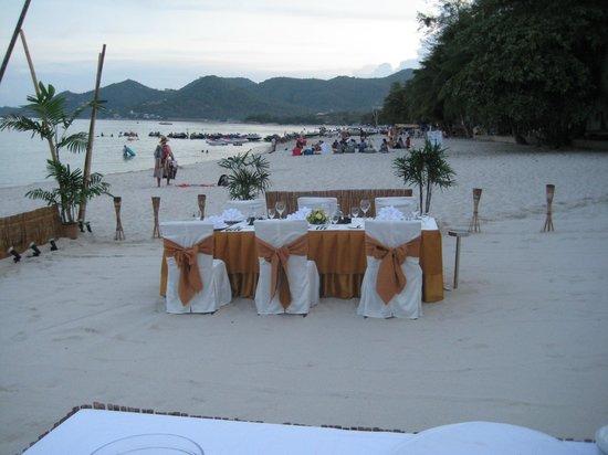 Banana Fan Sea Resort: Der er bestilt bord på stranden.