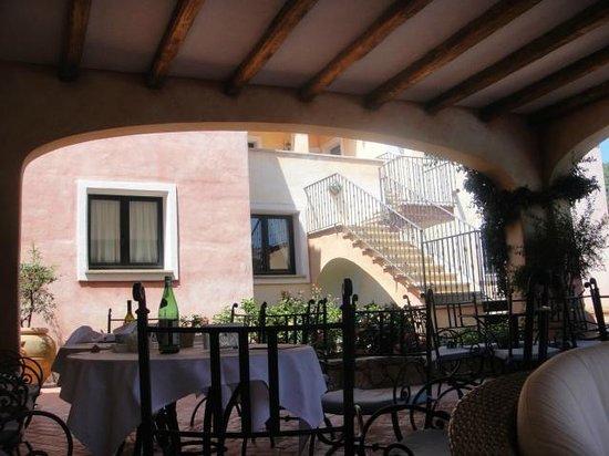 Hotel La Rocca Resort & Spa : espace drink/snack pres de la piscine de l'hotel