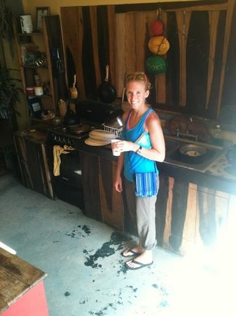 Bella's Backpackers: kitchen