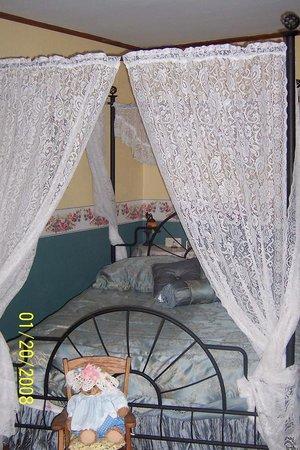 Bay Port, Μίσιγκαν: Sarah Rose Room $150 per night, sleeps 2, priv. bath
