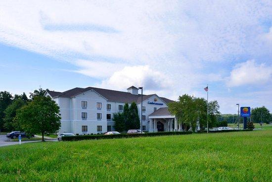 Comfort Inn & Suites: Fron the Road