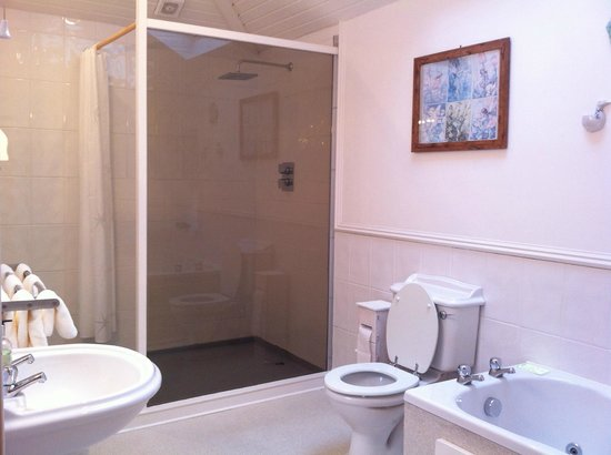The Corran: bathroom - big and clean