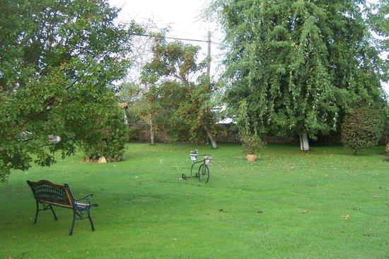 Posada La Llosa de Viveda: Jardines