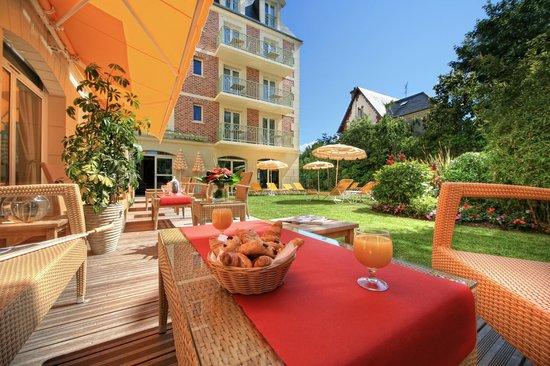 La Closerie Deauville Residence Hôtel : terrasse extérieure