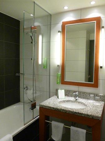 Holiday Inn Berlin Centre Alexanderplatz: Bathroom