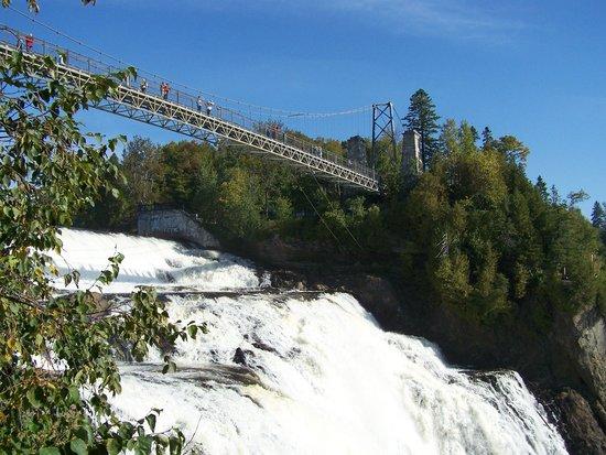 Montmorency Falls Park (Parc de la Chute-Montmorency): Le bruit et la puissance de la chute