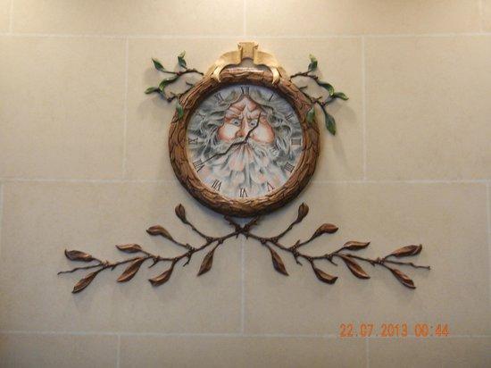 Carriage House Inn: Relógio na Recepção
