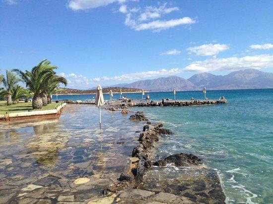 Minos Beach Art hotel: path around the sea edge of the hotel