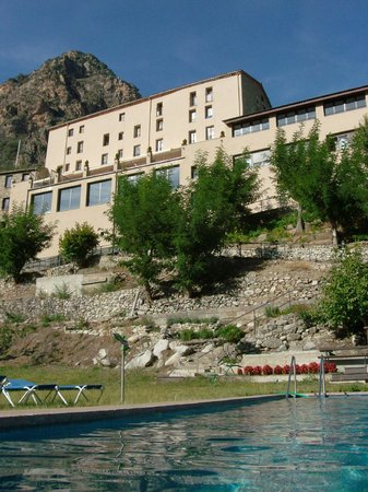 Hotel-balneari Sant Vicenc: The hotel as seen from the swimming pool.