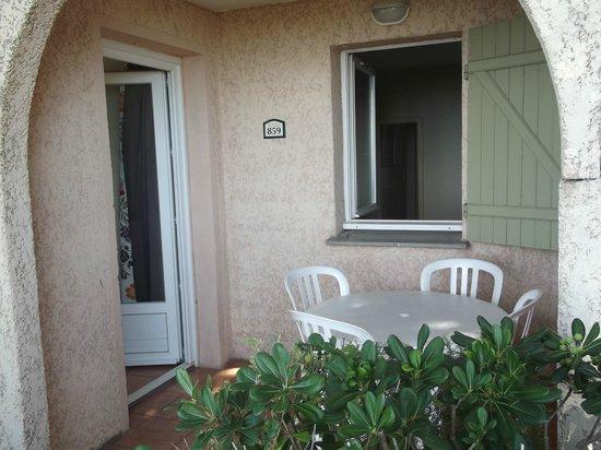 Pierre & Vacances Village Club Les Issambres: L'entrée de l'appartement avec vue sur la chambre