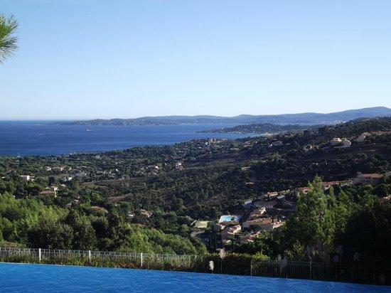 Pierre & Vacances Village Club Les Issambres: La vue du golfe depuis la piscine à débordement