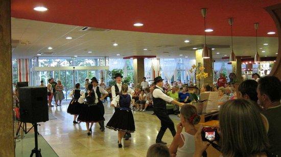 Hunguest Helios Hotel Anna: фолк танцы в отеле