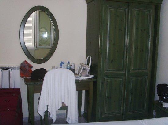 Hotel Country Club: armadio e scrivania