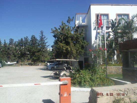 Mio Bianco Resort: front of hotel with broken golf buggy
