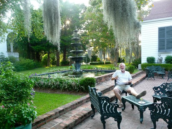 Historic Oak Hill Inn : Patio and Fountain