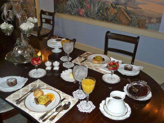 Historic Oak Hill Inn: Our fabulous fresh breakfast